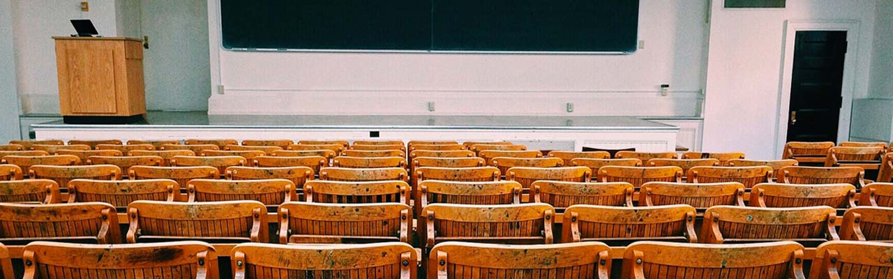 Lege schoolbanken - schoolvakanties 2020
