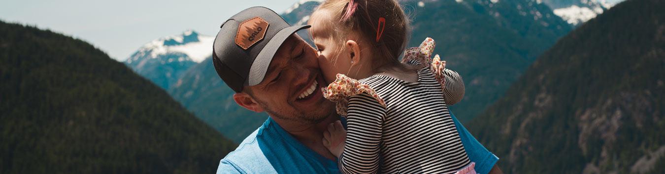 Knuffel dochter tijdens vaderdag